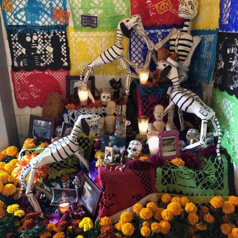 Mexikanischer Altar zu den Feierlichkeiten des «Día de Muertos»