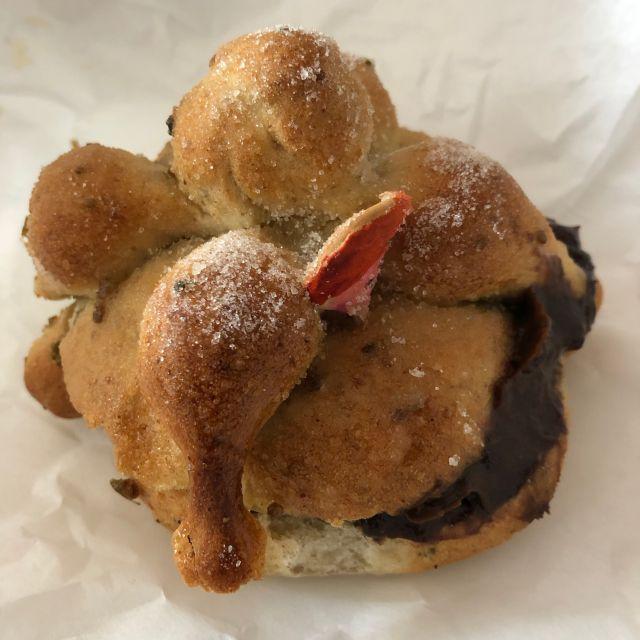 Leckeres «Pan de Muerto» mit Schokolade, das ich mir jetzt zum Nachmittags Kaffee gönne ;)