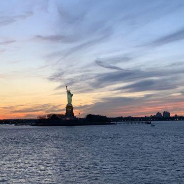 Die Freiheitsstatue in New York bei Sonnenuntergang