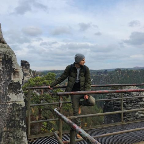 •Da stehe ich also in der sächsischen Schweiz auf einem Gelände über einem…