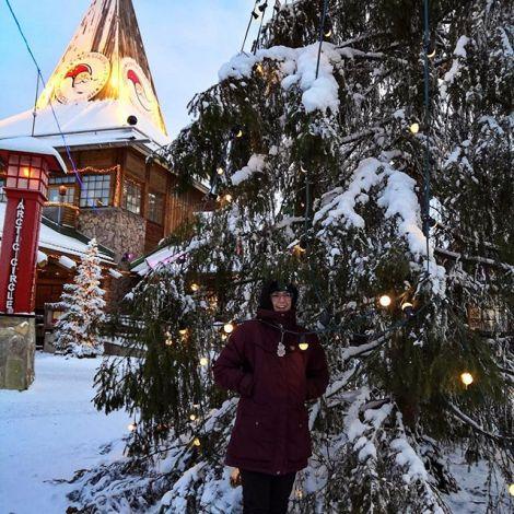 Heute mal ein Tourifoto. Ich habe mich im Weihnachtsmanndorf in einem Baum…