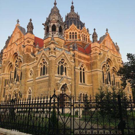 • Etwas außerhalb gelegen des Zentrums: Die neue Synagoge. Sie ist die…