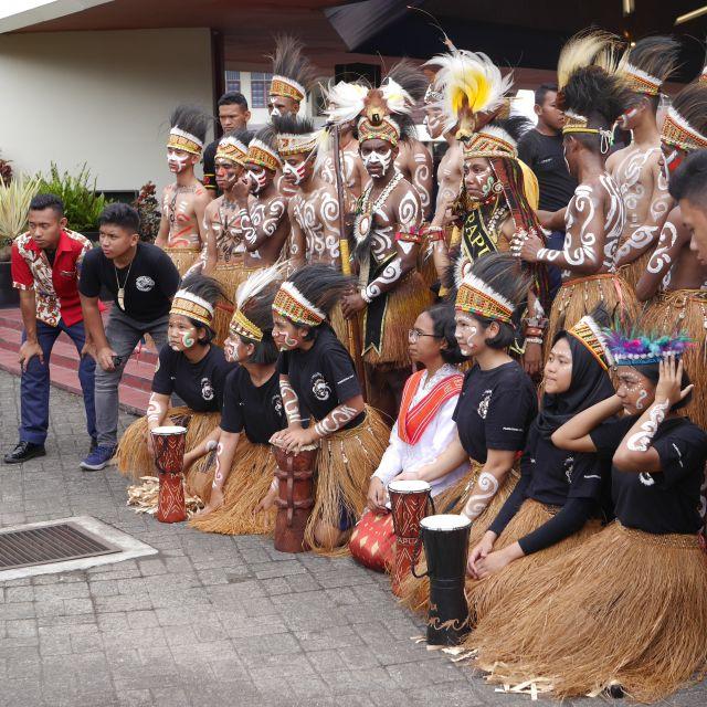 Schüler und Schülerinnen verkleidet als Ureinwohner Papuas