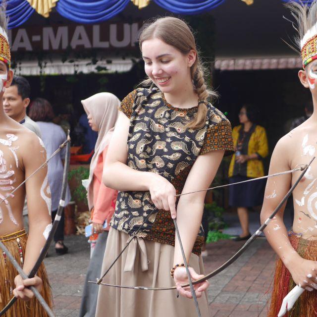 Ich mit Pfeil und Bogen aus Papua