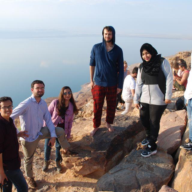 Kommilitonen auf einer Uni-Reise am Toten Meer