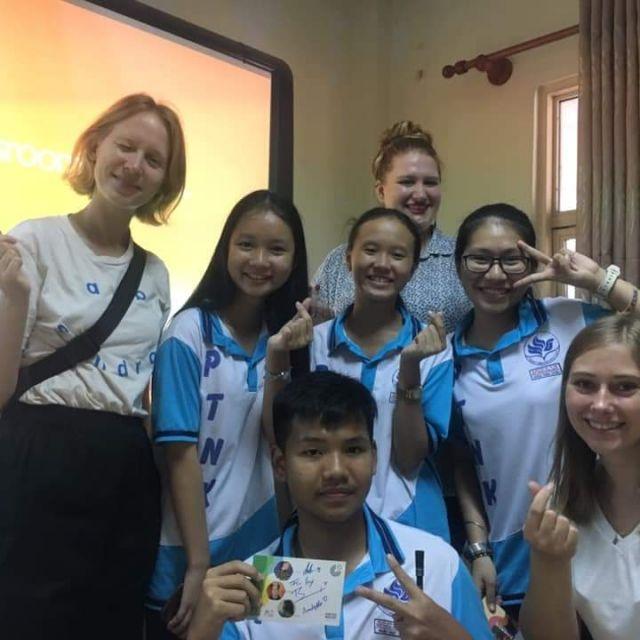 Schülerinnn und Schüler mit uns Praktikanten