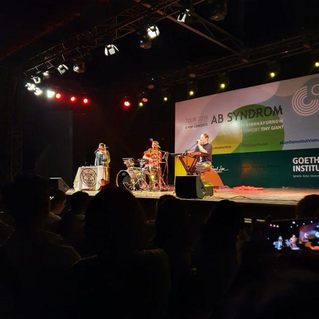 AB Syndrom auf der Bühne mit LinhHafornow