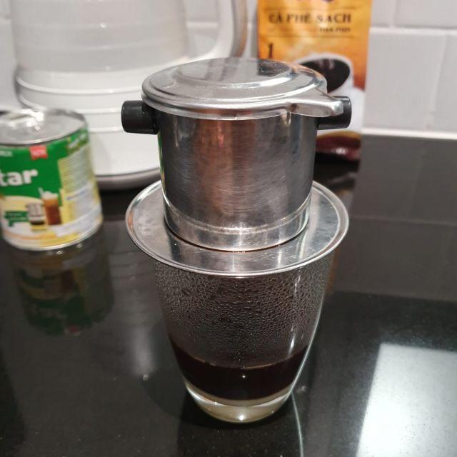Der Filter auf dem Glas, in das der Kaffee langsam hineintopft.