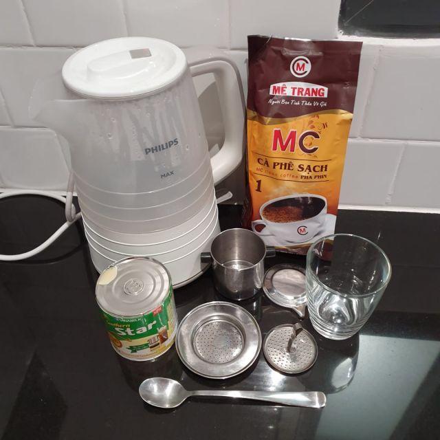 Die Zutaten und Utensilien, die man zur Zubereitung eines vietnamesischen Kaffees braucht.