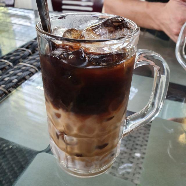 Ein vietnamesischer Eiskaffee mit gesüßter Kondensmilch.