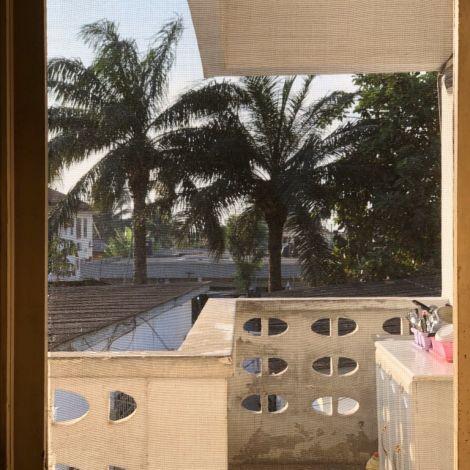 Gespült wird bei uns auf dem Balkon. Praktisch, da bleiben die Ameisen…