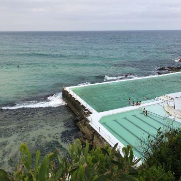 Meer und Pool im Vordergrund