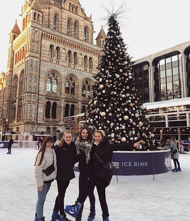 Vier Grazien auf dem Eis ❄️⛸#erlebees #christmastime #esweihnachtet…