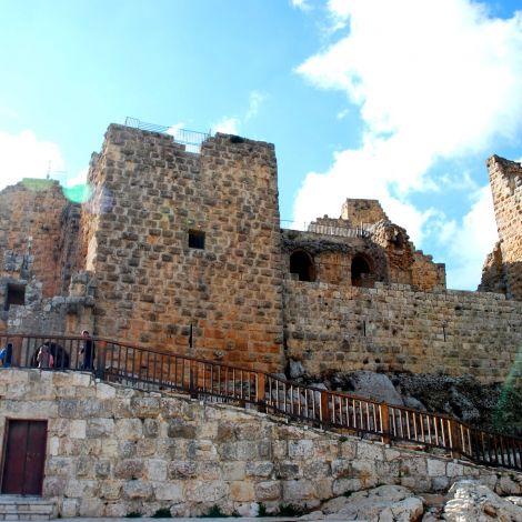 Die Burg Qalaʿat ar-Rabad (Adschlun) im Nordan Jordaniens ist anders als…