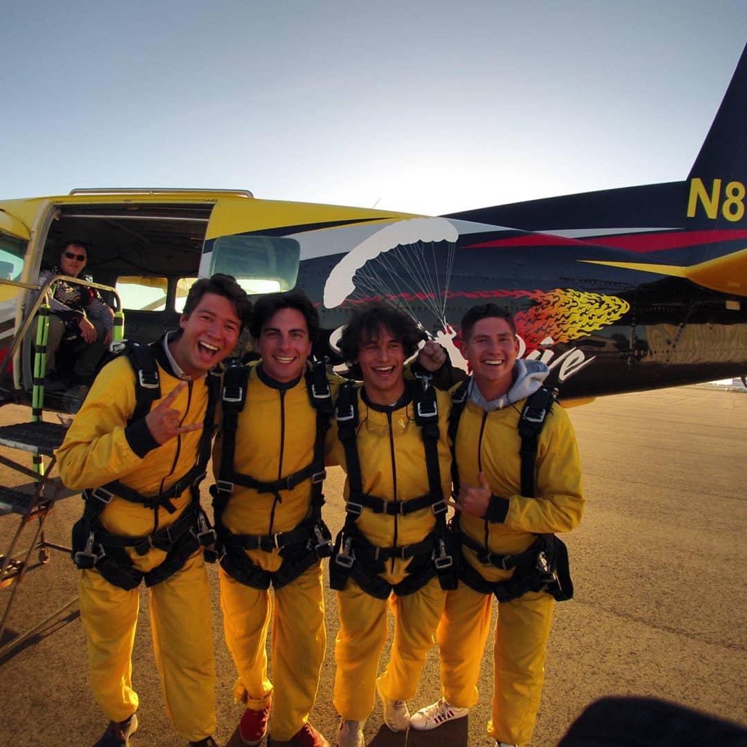 Vier Chaoten, die aus einem Flugzeug springen!…