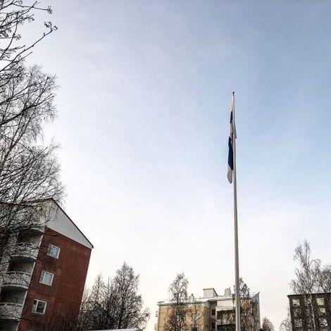Eine finnische Flagge an einem äußerst windstillen Unabhängigkeitstag…