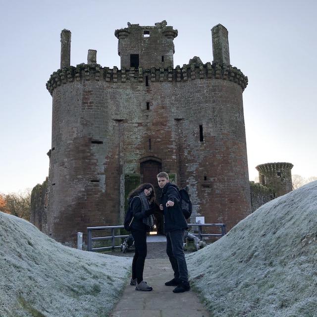 Mein brasilianischer Freund Vini und ich auf einem Ausflug zum Caerlaverock Castle.