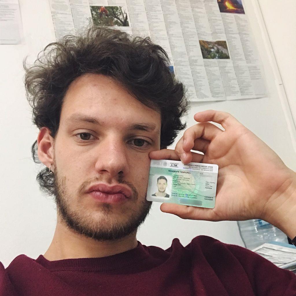 Selfie von Student mit seiner mexikanischen Aufenthaltsgenehmigung