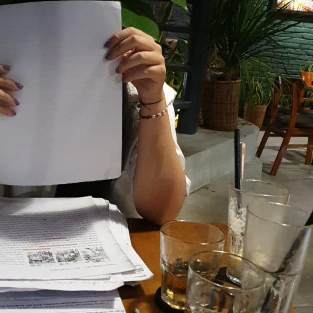 Gemeinsam lernen im Café.