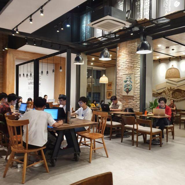 Hier sieht man viele Studenten, die im Café lernen. So sieht es immer aus.