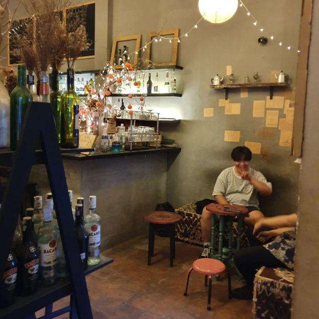 In dem Mockingbird Cafe in einem versteckten, ehemaligen Wohnblock.