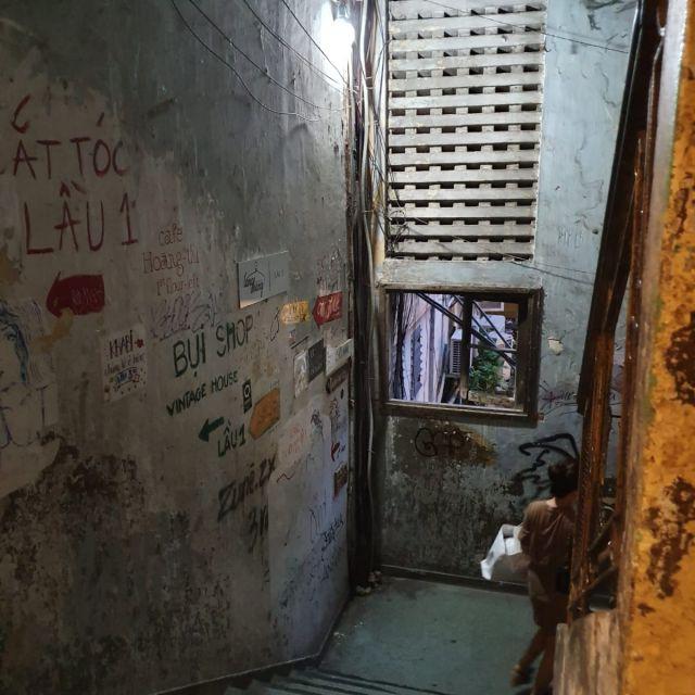 Das Treppenhaus des versteckten Wohnblocks in dem jetzt viele Cafés sind.