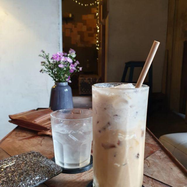 Eiskaffee mit frischer Milch.