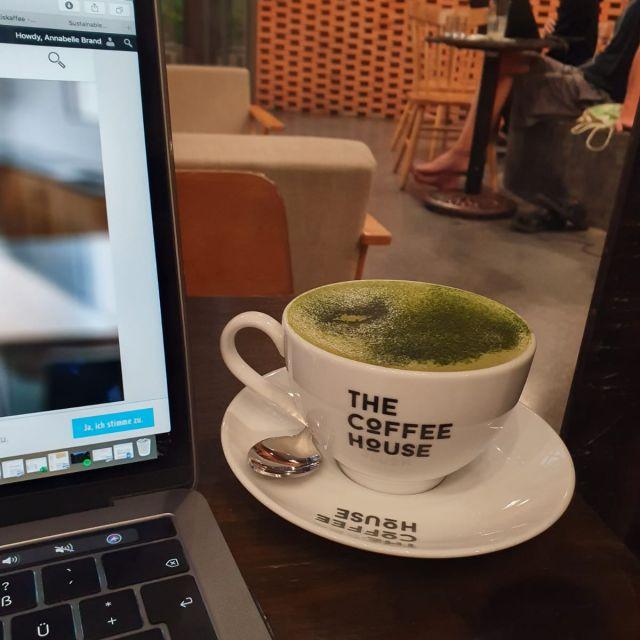Im Café an meinem Blog schreiben.