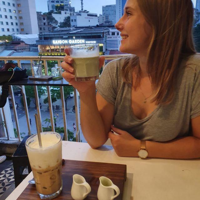 Einen Kaffee auf der Terrasse eines Cafés in den Cafe Apartments genießen.