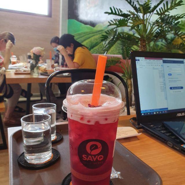Diesmal trinke ich Tee. Leider benutzen viele Cafés Einmalbecher aus Kunststoff, auch wenn man das Getränk dort zu sich nimmt.