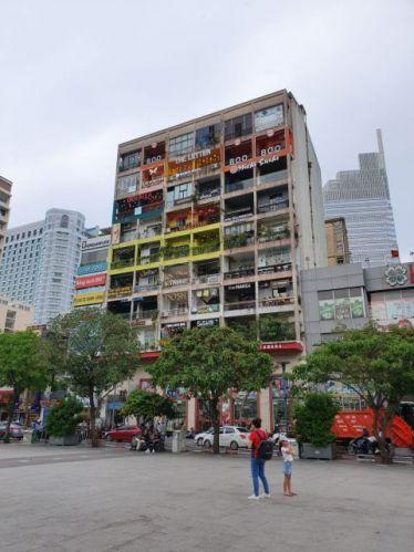 The Cafe Appartments fotografiert von der walking street Saigon.
