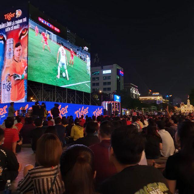 Ein Fußballspiel als Public Viewing auf der Walking Street.