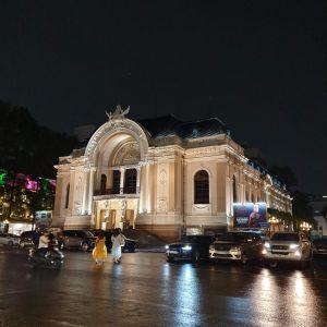 Das Opernhaus am Abend.