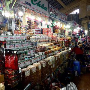 Bunte Marktstände im Ben Thanh Markt.