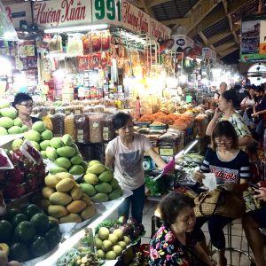 Bunte Marktstände im Ben Than Markt.