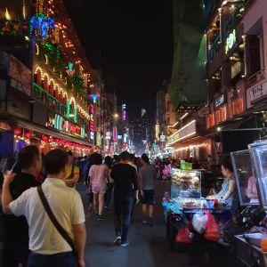 Bunte Lichter und viele Leute auf der Bei Vien Street.