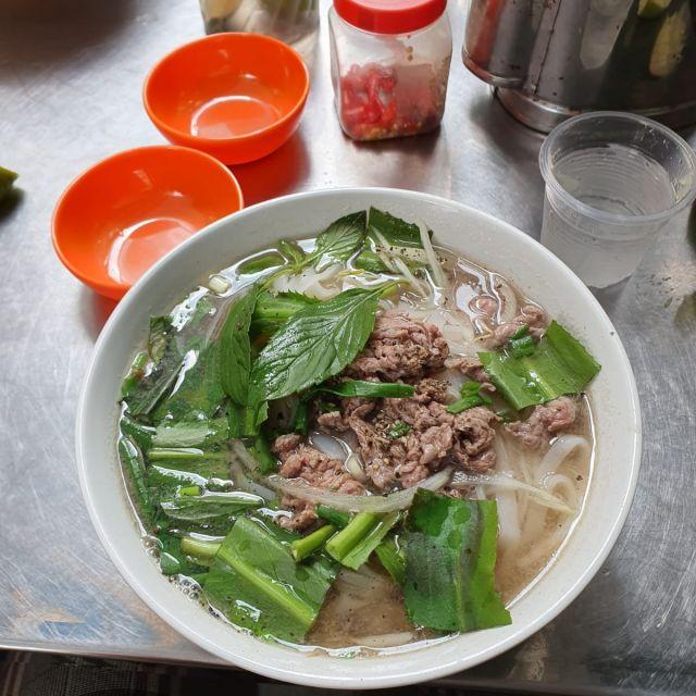 So sieht die Pho-Suppe aus, mit noch fast rohem Rindfleisch garniert, das in der Suppe nachfahrt.