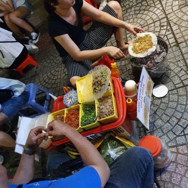 Ein Straßenstand an dem vietnamesische Pizza gemacht wird.