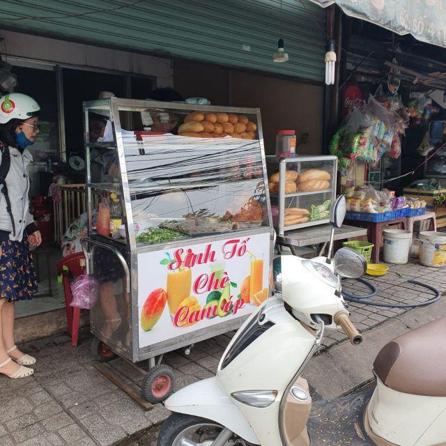 Ein typischer Banh Mi Stand an der Straße.