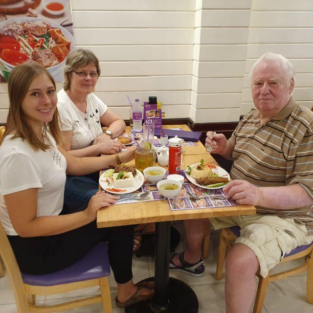 Hier bin ich mit meinen Eltern Com Tam essen, als sie mich in Ho-Chi-Minh-Stadt besuchten.