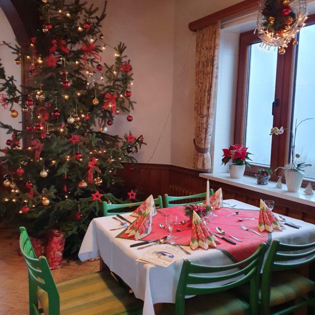 Der Weihnachtsbaum zu Hause bei uns im Restaurant, wo ich oft mit arbeite.