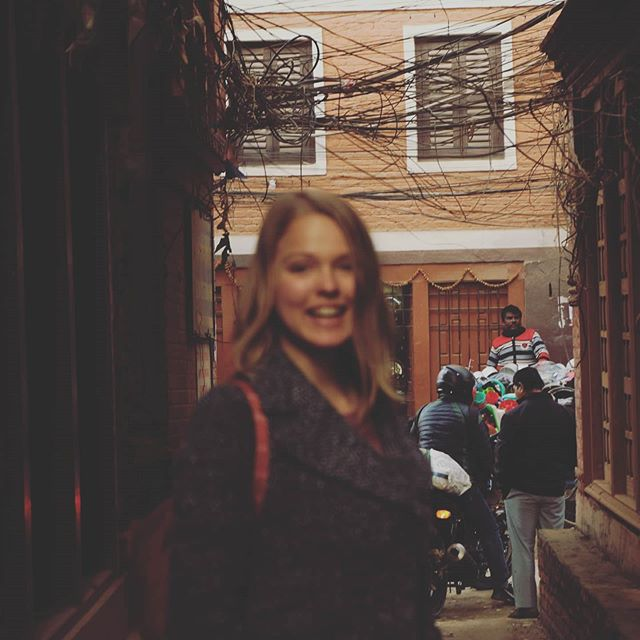 Hier in Kathmandu gibt es neben den richtigen Straßen viele kleine Gassen.…