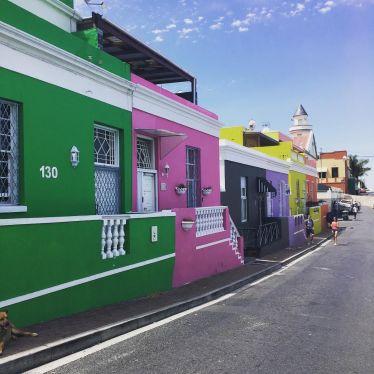 Nach Ende der #Apartheid bekamen die Häuschen ein neuen Anstrich. Warum diese…