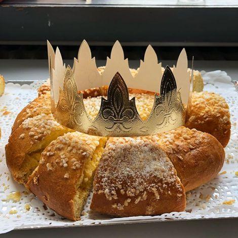 Ein Kuchen mit einer Krone? Die Galette des Rois ist ein Dreikönigskuchen, der…