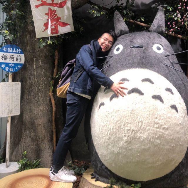 Ich neben einem großen japanischen Glücksbringer.