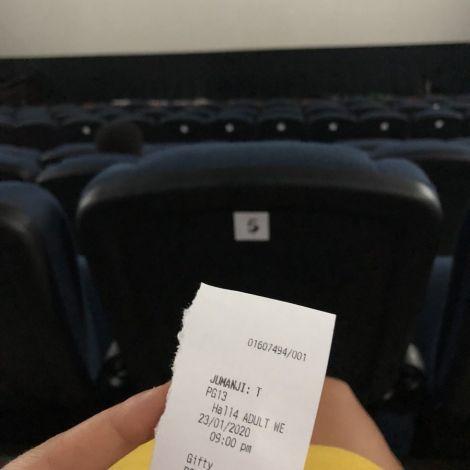 Das erste Mal im ghanaischen Kino. Die Sitze sind viel bequemer und Werbung …