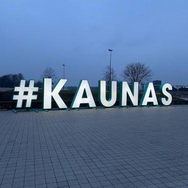 Große Leuchtschrift Hashtag Kaunas in Abendstimmung