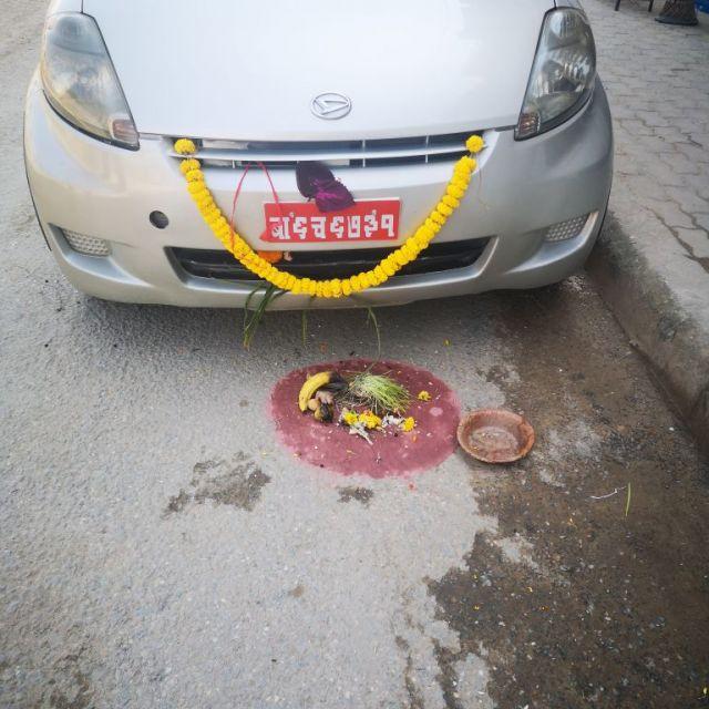Geschmücktes Auto in Nepal.