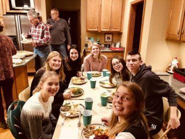 Wir essen gemeinsam am Tisch an Thanksgiving.