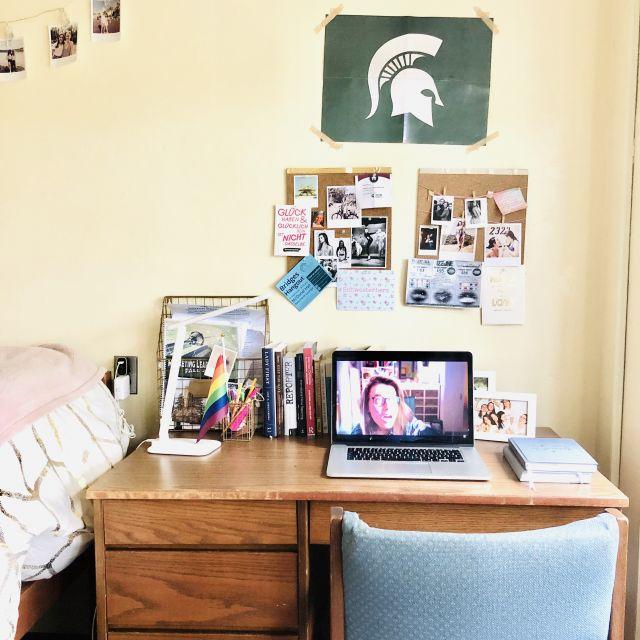 Mein Schreibtisch in meinem Collegezimmer